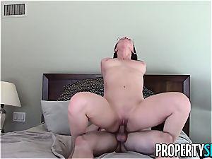 luscious Aidra Fox plumbs her super-naughty customer