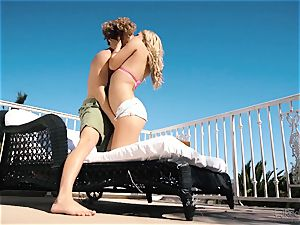Natalia Starr luvs cootchie poking in the super hot sunshine