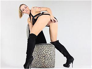 blondie Dahlia keeps her footwear on as she jacks