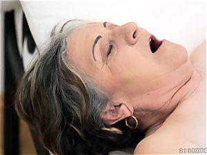 older woman screwed rock hard in her fuckbox